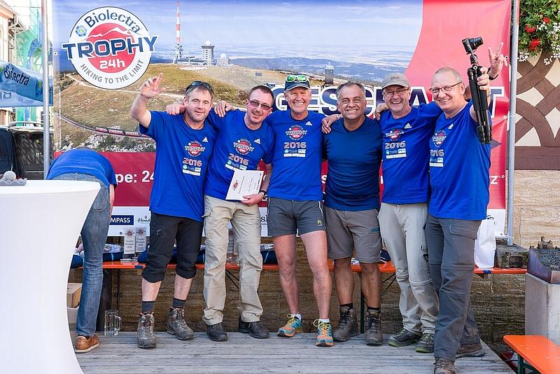 Geschafft! Reiner, Jens, Tourguide Eddy, Norbert, Ich und Lutz im Ziel