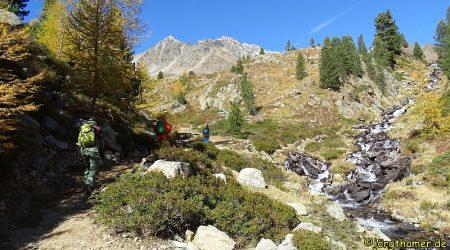 Am Pass des Val di Campo stürzt sich der Bach in die Tiefe.